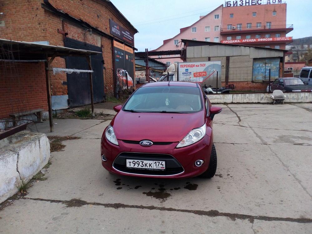 Подержанный Ford Fiesta, хорошее состояние, вишневый металлик, 2009 года выпуска, цена 350 000 руб. в Челябинской области