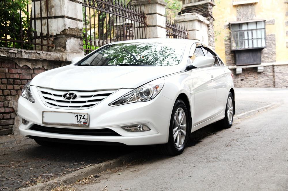 Подержанный Hyundai Sonata, отличное состояние, белый бриллиант, 2012 года выпуска, цена 799 000 руб. в Челябинской области