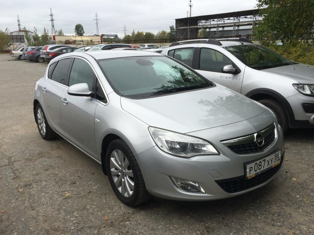 Подержанный Opel Astra, отличное состояние, серебряный металлик, 2011 года выпуска, цена 600 000 руб. в ао. Ханты-Мансийском Автономном округе - Югре