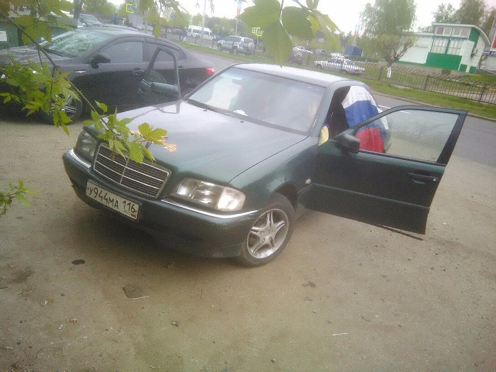 Подержанный Mercedes-Benz C-Класс, хорошее состояние, зеленый металлик, 2000 года выпуска, цена 200 000 руб. в республике Татарстане