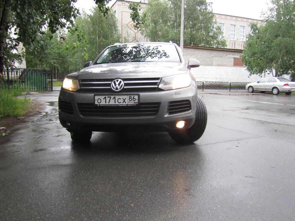 Подержанный Volkswagen Touareg, отличное состояние, мокрый асфальт , 2010 года выпуска, цена 1 500 000 руб. в ао. Ханты-Мансийском Автономном округе - Югре