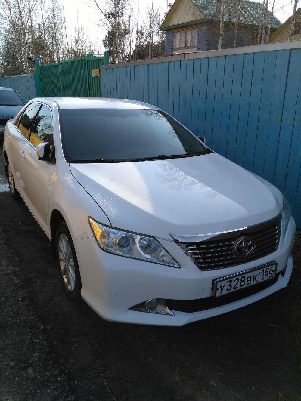 Подержанный Toyota Camry, отличное состояние, белый , 2013 года выпуска, цена 1 040 000 руб. в ао. Ханты-Мансийском Автономном округе - Югре