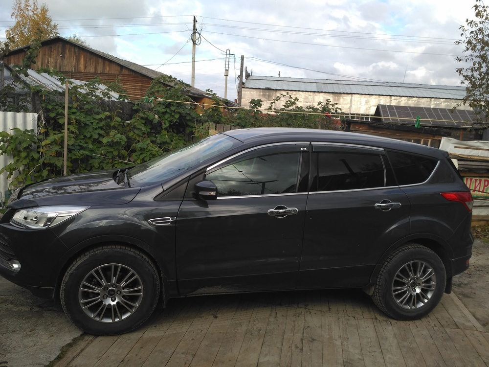 Подержанный Ford Kuga, хорошее состояние, серый перламутр, 2014 года выпуска, цена 990 000 руб. в ао. Ханты-Мансийском Автономном округе - Югре