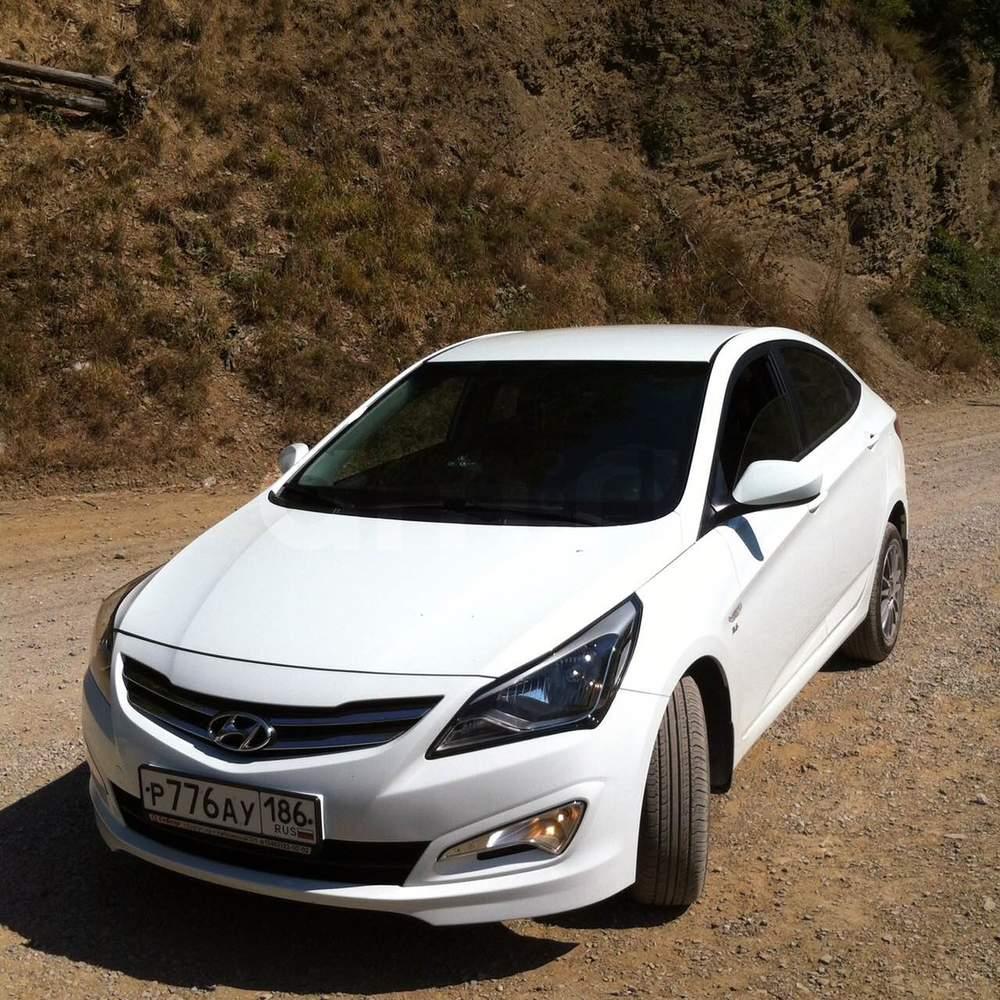 Подержанный Hyundai Solaris, отличное состояние, белый , 2014 года выпуска, цена 530 000 руб. в ао. Ханты-Мансийском Автономном округе - Югре