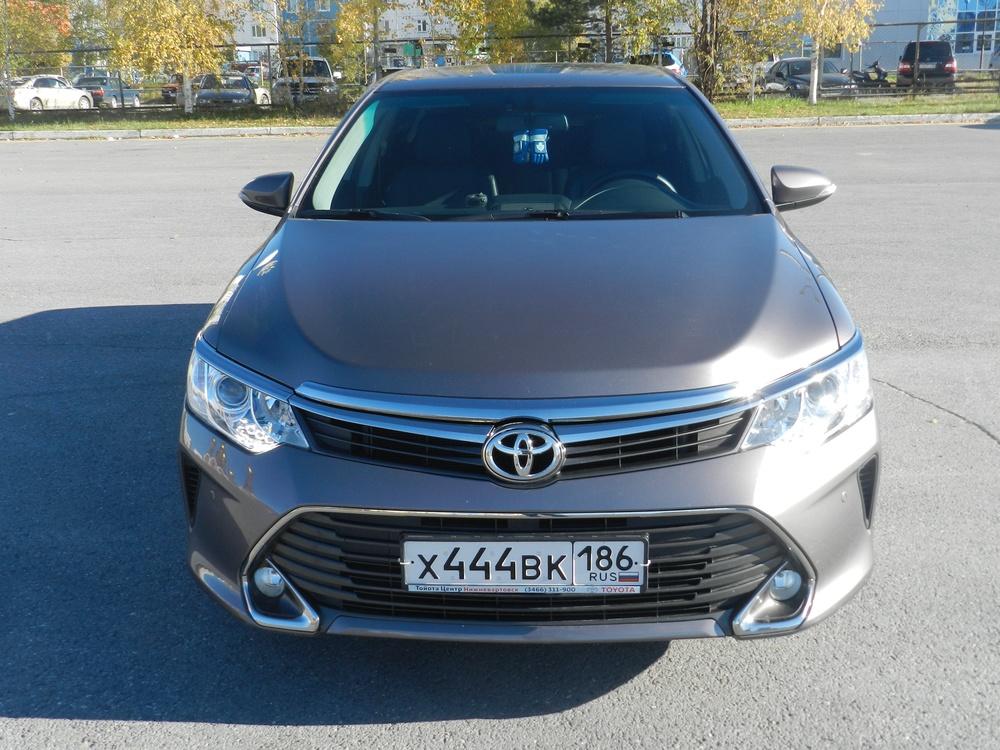 Подержанный Toyota Camry, отличное состояние, мокрый асфальт , 2015 года выпуска, цена 1 320 000 руб. в ао. Ханты-Мансийском Автономном округе - Югре