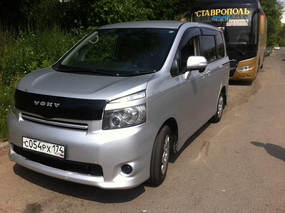 Подержанный Toyota Voxy, хорошее состояние, серебряный , 2008 года выпуска, цена 690 000 руб. в Челябинской области