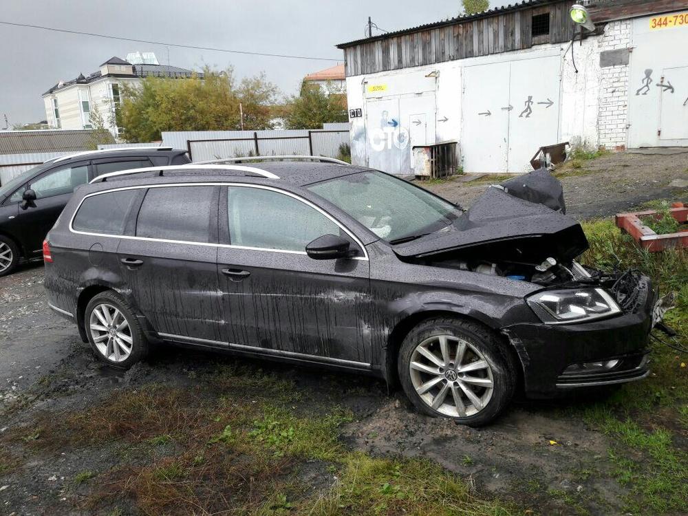 Подержанный Volkswagen Passat, битый состояние, черный металлик, 2011 года выпуска, цена 550 000 руб. в ао. Ханты-Мансийском Автономном округе - Югре