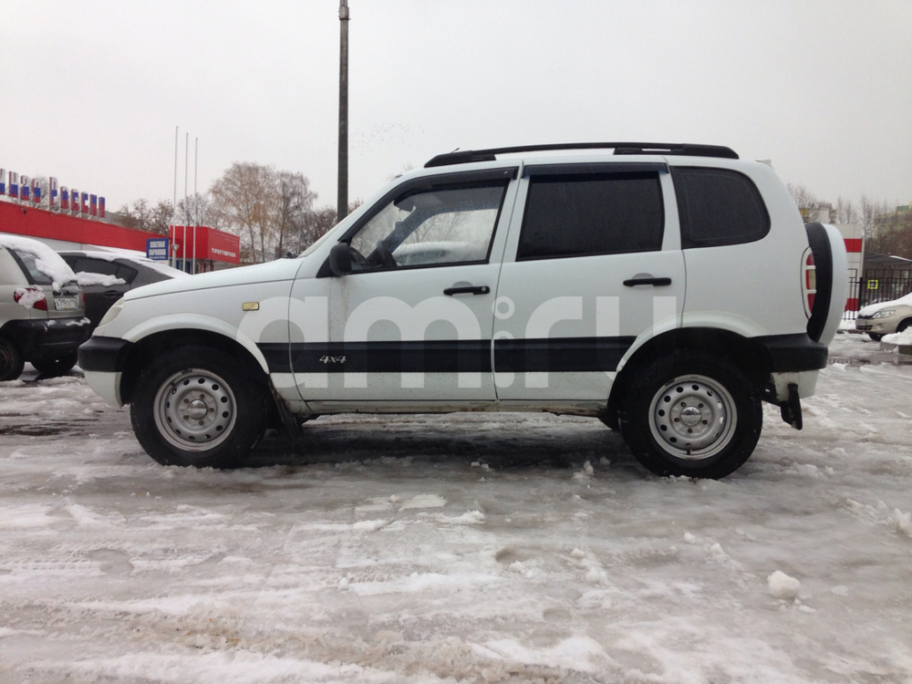 Подержанный Chevrolet Niva, хорошее состояние, белый металлик, 2003 года выпуска, цена 140 000 руб. в республике Татарстане