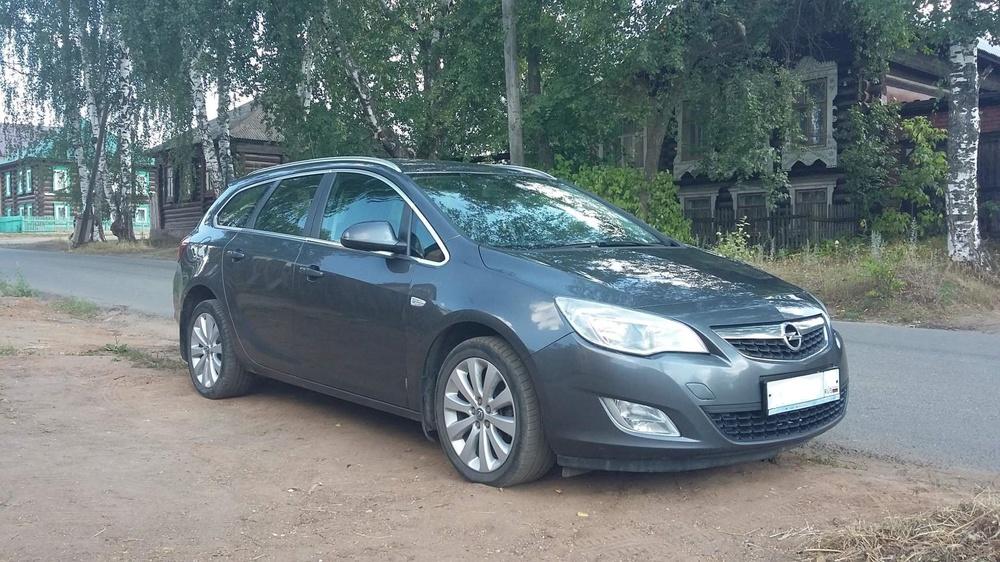 Подержанный Opel Astra, отличное состояние, мокрый асфальт , 2011 года выпуска, цена 590 000 руб. в ао. Ханты-Мансийском Автономном округе - Югре