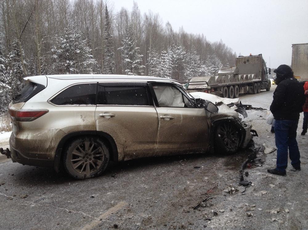 Подержанный Toyota Highlander, битый состояние, белый перламутр, 2014 года выпуска, цена 900 000 руб. в ао. Ханты-Мансийском Автономном округе - Югре