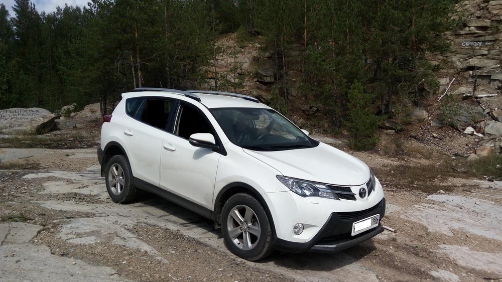 Подержанный Toyota RAV4, отличное состояние, белый , 2014 года выпуска, цена 1 380 000 руб. в ао. Ханты-Мансийском Автономном округе - Югре