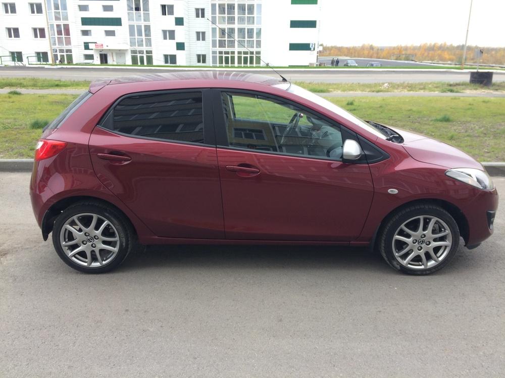 Подержанный Mazda 2, отличное состояние, бордовый металлик, 2014 года выпуска, цена 600 000 руб. в ао. Ханты-Мансийском Автономном округе - Югре