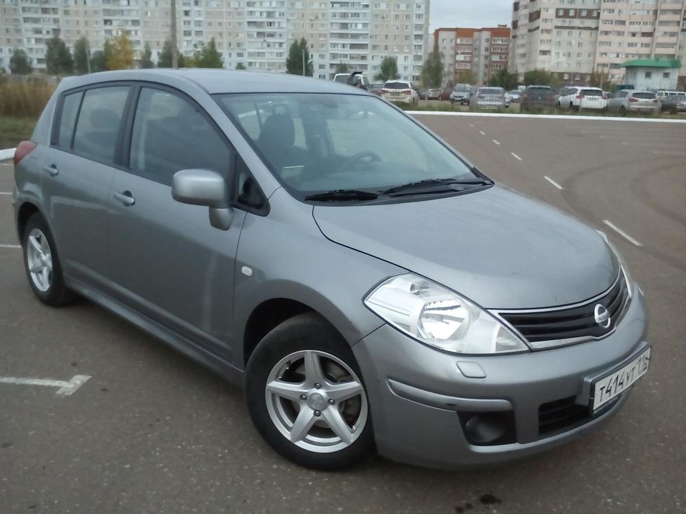 Подержанный Nissan Tiida, отличное состояние, серый металлик, 2013 года выпуска, цена 550 000 руб. в республике Татарстане
