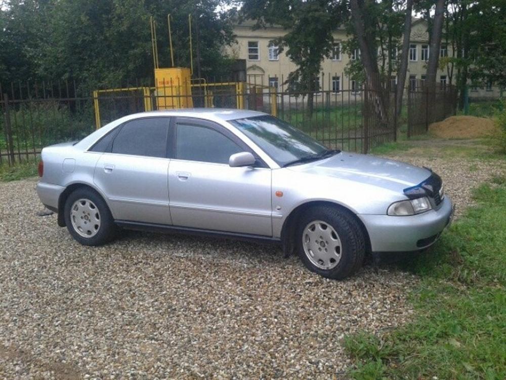 Подержанный Audi A4, хорошее состояние, серебряный металлик, 1996 года выпуска, цена 240 000 руб. в Смоленской области