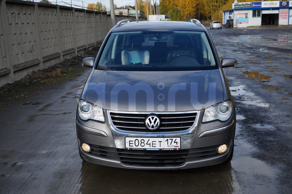Подержанный Volkswagen Touran, хорошее состояние, мокрый асфальт , 2008 года выпуска, цена 600 000 руб. в Челябинской области