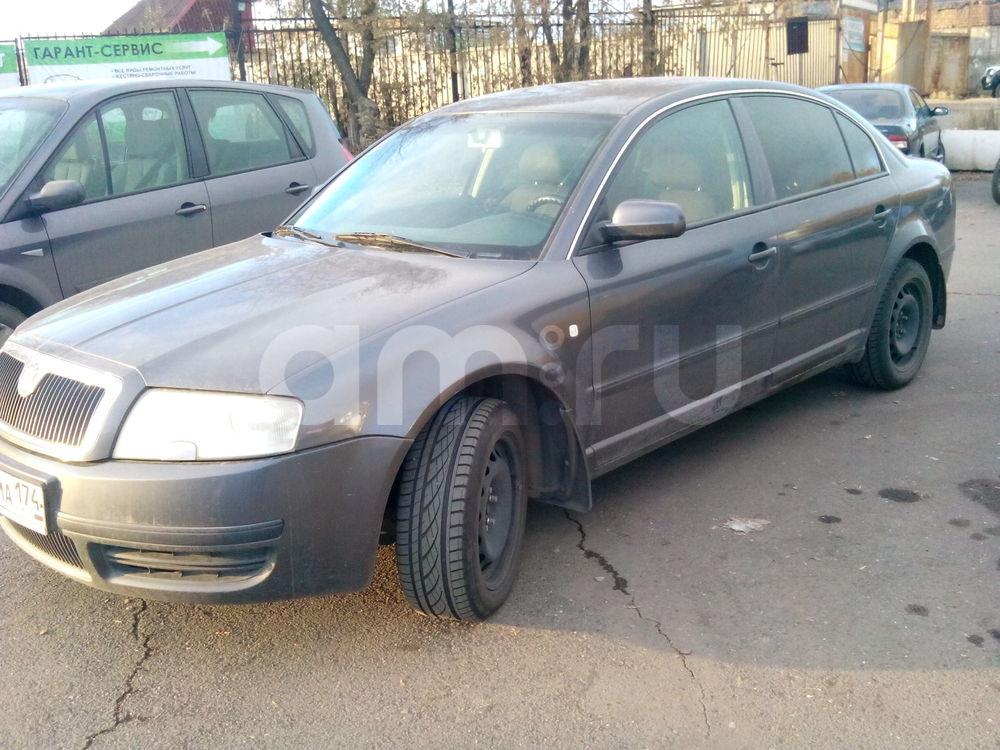Подержанный Skoda Superb, хорошее состояние, мокрый асфальт , 2005 года выпуска, цена 420 000 руб. в Челябинской области