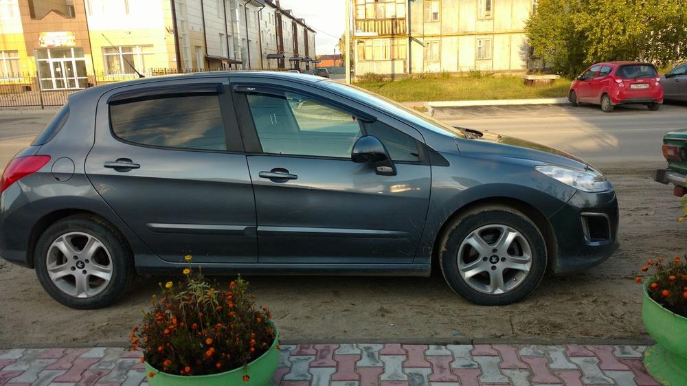Подержанный Peugeot 308, хорошее состояние, серебряный , 2011 года выпуска, цена 500 000 руб. в ао. Ханты-Мансийском Автономном округе - Югре