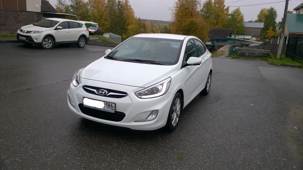 Подержанный Hyundai Solaris, отличное состояние, белый , 2013 года выпуска, цена 500 000 руб. в ао. Ханты-Мансийском Автономном округе - Югре