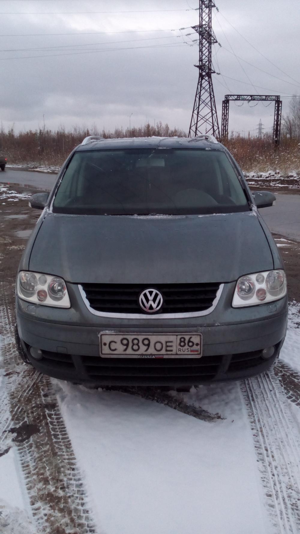 Подержанный Volkswagen Touran, хорошее состояние, серый , 2005 года выпуска, цена 350 000 руб. в ао. Ханты-Мансийском Автономном округе - Югре