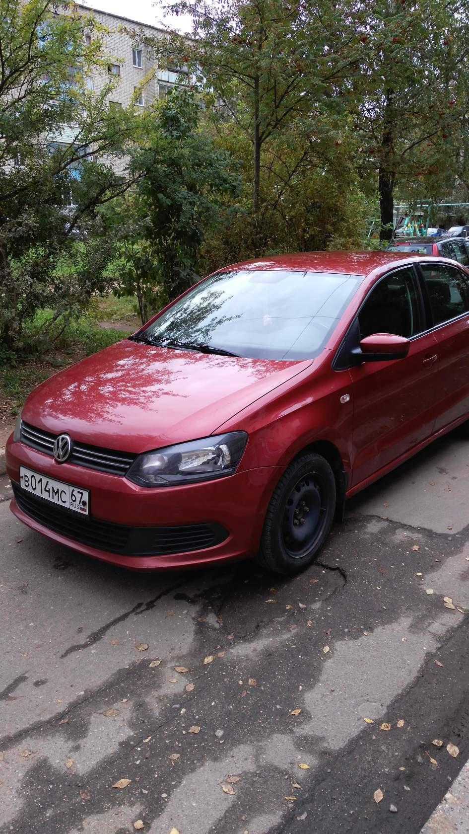 Подержанный Volkswagen Polo, среднее состояние, вишневый металлик, 2012 года выпуска, цена 450 000 руб. в Смоленской области