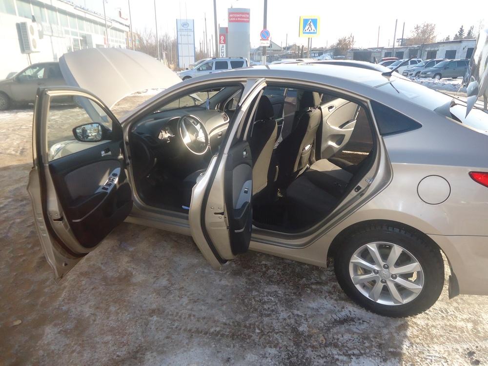 Подержанный Hyundai Solaris, отличное состояние, бежевый металлик, 2013 года выпуска, цена 475 000 руб. в республике Татарстане