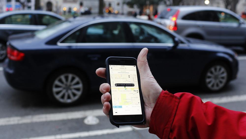 Uber отказалась отиспользования собственной программы, блокирующей заказ такси отчиновников