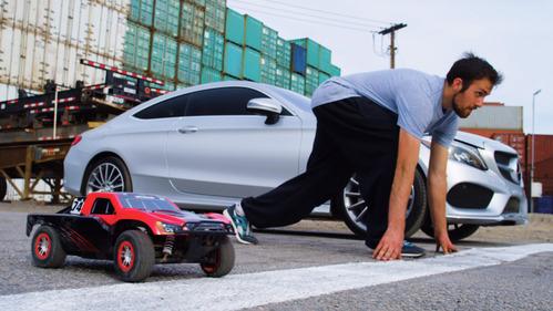 Невероятная гонка между Mercedes-Benz C-Coupe, звездой паркура и игрушкой – смотреть видео на Am.ru