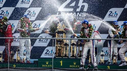 Фотографии смешных моментов с обливанием шампанским на подиуме – смотреть фото на Am.ru