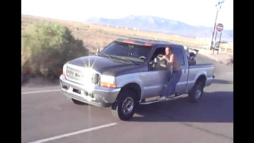 Водитель пикапа вылез из кабины на 80 км/ч и стал дурачиться.