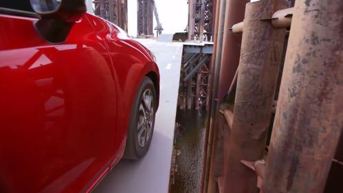 Бен Коллинз вслепую проехал по недостроенному мосту.