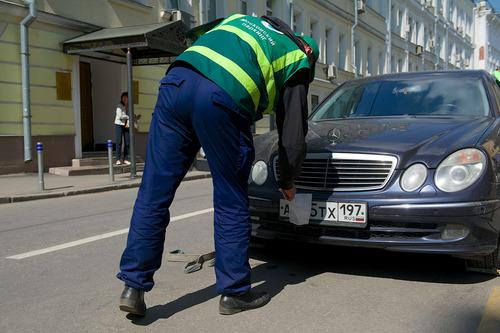 Машины с закрытыми номерами оштрафуют или эвакуируют.