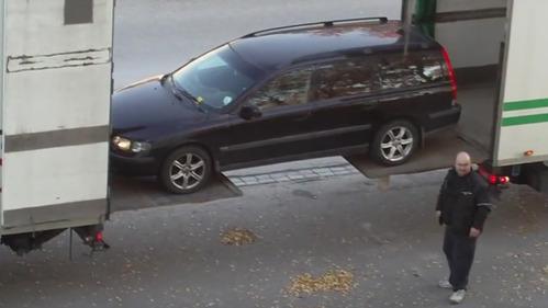 Volvo V70 погрузили в кузов грузовика с помощью двух гидробортов – смотреть видео на Am.ru