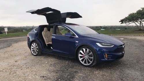 Ещё одна версия светового шоу от электрокаров Tesla Model X.