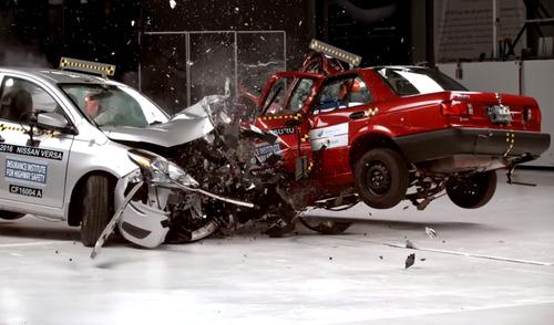 Шокирующее видео битвы двух поколений автомобилей Nissan.