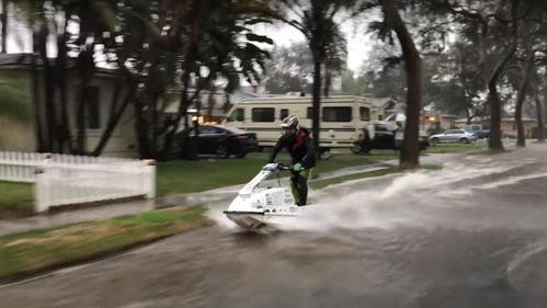 Американец промчал на гидроцикле по залитым водой улицам родного города – смотреть видео на Am.ru