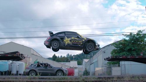 Американец прыгнул на 600-сильном Volkswagen Beetle с прицепа на прицеп – смотреть видео на Am.ru