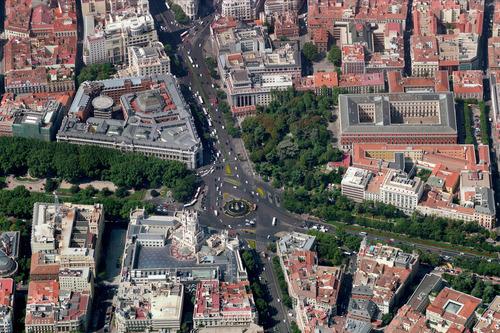 Половине машин в Мадриде запретили выезжать на дороги.