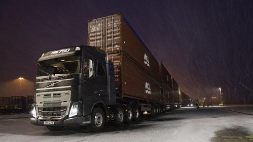 Volvo FH16 потянул автопоезд длиной 750 тонн – смотреть видео на Am.ru