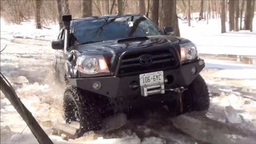 Новый способ колки льда пикапом Toyota.