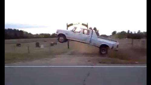 Видеоролик захватывающего прыжка на старом пикапе.