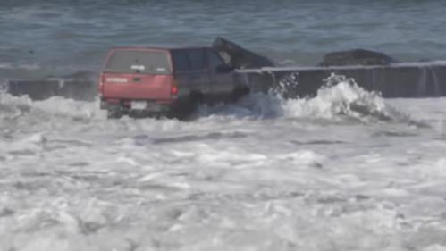 Шторм едва не смыл американца в океан вместе с машиной – смотреть видео на Am.ru