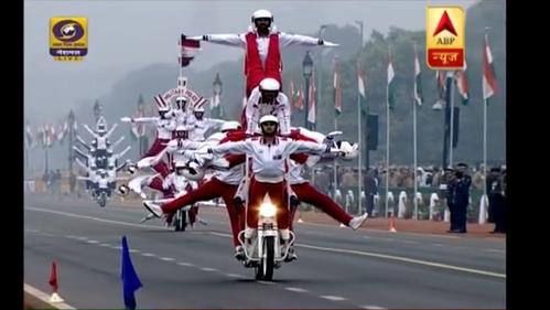 Корпус военной полиции Индии по случаю очередного дня республики выступил с невероятными акробатическими трюками на мотоциклах.