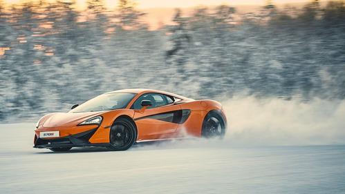 McLaren 570S промчался по заснеженным дорожкам Заполярья – смотреть видео на Am.ru