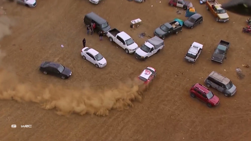 Фееричный вылет с трассы в кучу машин не помешал победе в гонке.