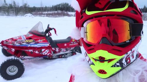 Улётное видео со снежными покатушками Санты.