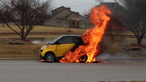 В Штатах начали расследовать 8 случаев возгорания двигателя Smart Fortwo.
