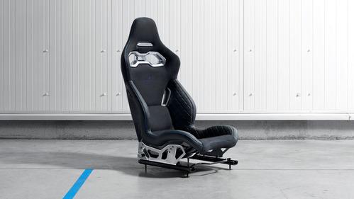 Рассекречивать салон спорткара Alpine начали с кресла.