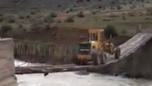 Невероятное форсирование горной речки дорожным грейдером.