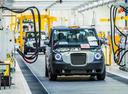 В Великобритании открылся завод по производству новых гибридных кэбов.